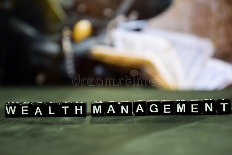 在木块的财富管理 企业和财务概念 免版税库存照片