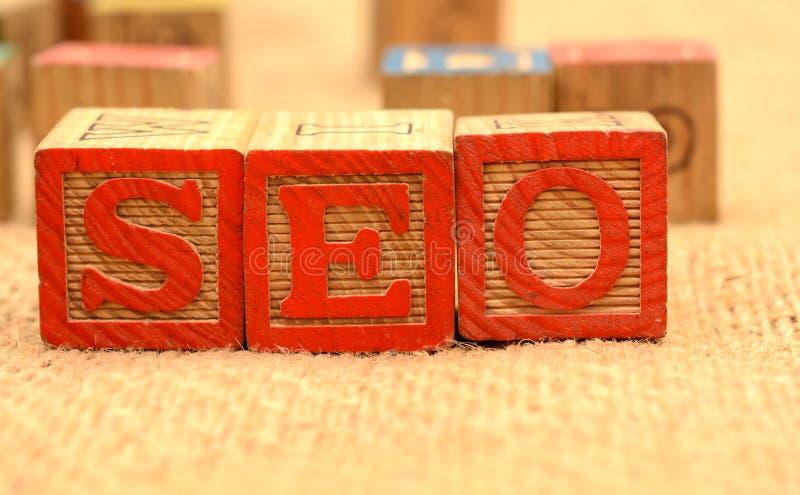 在木块网上营销概念的SEO词 免版税库存照片