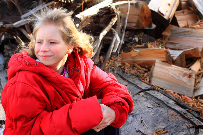 在木堆的逗人喜爱的白肤金发的开会 库存照片