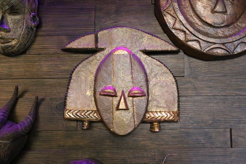在木墙壁上的印加人面具 免版税库存照片