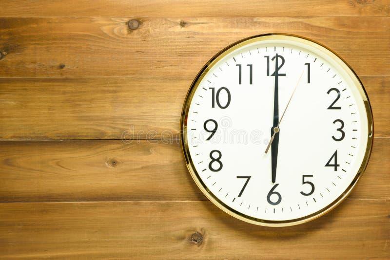 在木墙壁上的壁钟 库存照片
