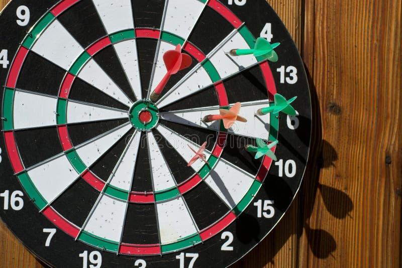 在木墙壁上的掷镖的圆靶 图库摄影