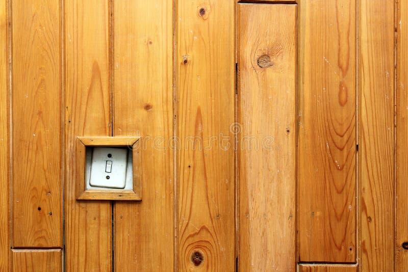 在木墙壁上的老电开关 图库摄影