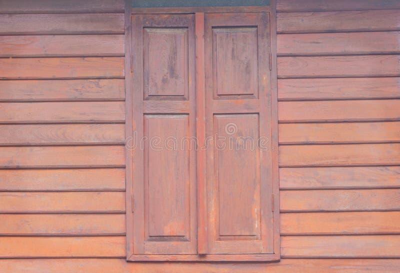 在木墙壁上的葡萄酒木窗口在水平的背景中 免版税库存照片