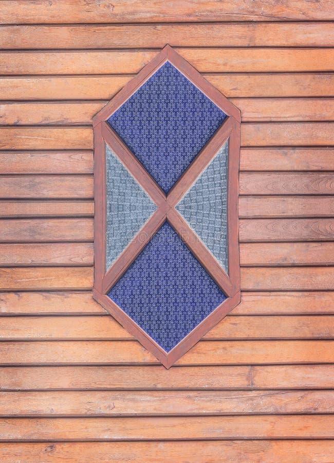 在木墙壁上的葡萄酒深蓝和灰色污迹玻璃窗在水平的背景中 免版税库存照片