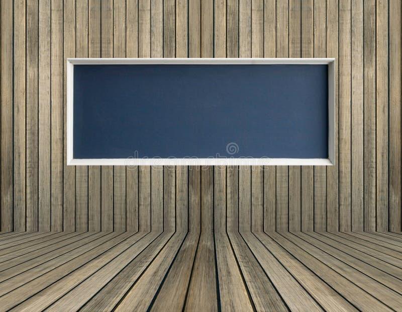 在木墙壁上的黑空白的黑板 免版税库存照片