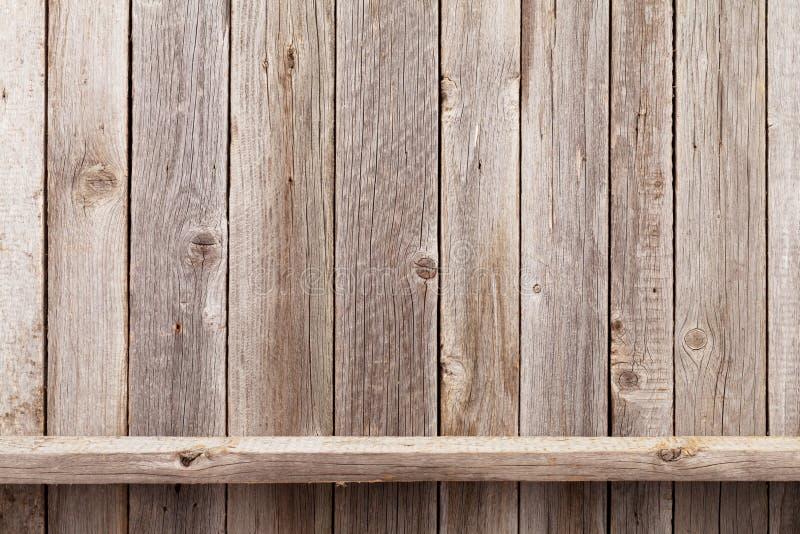 在木墙壁前面的木架子 免版税库存图片