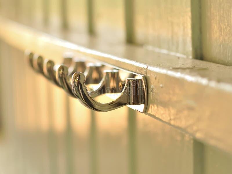 在木墙壁的金属挂衣架 库存照片
