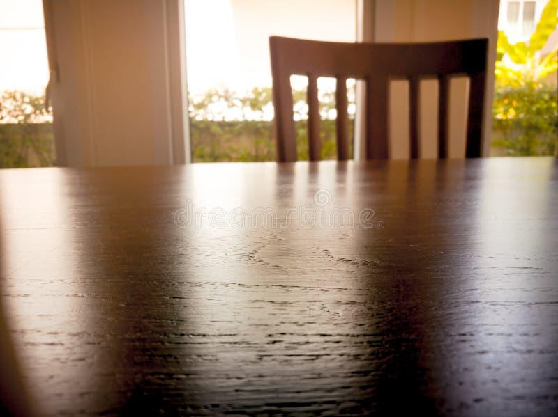 在木声浪桌表面和木椅子下曝光  图库摄影