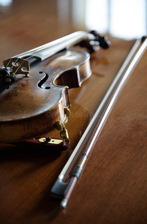 在木头的小提琴 免版税图库摄影