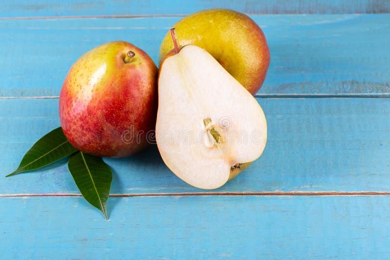 在木头的甜梨 免版税图库摄影