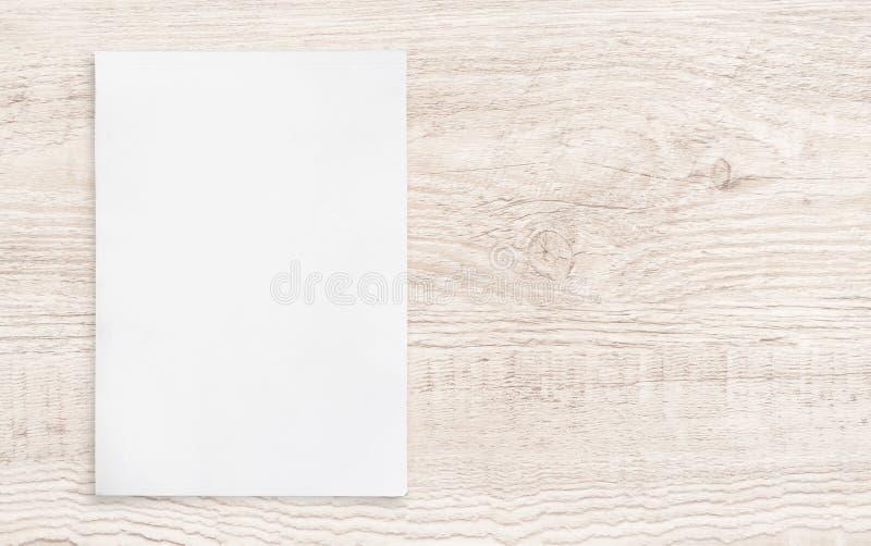 在木头的白皮书板料 库存图片