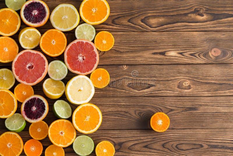 在木头的被分类的新伐柑橘水果 免版税库存图片