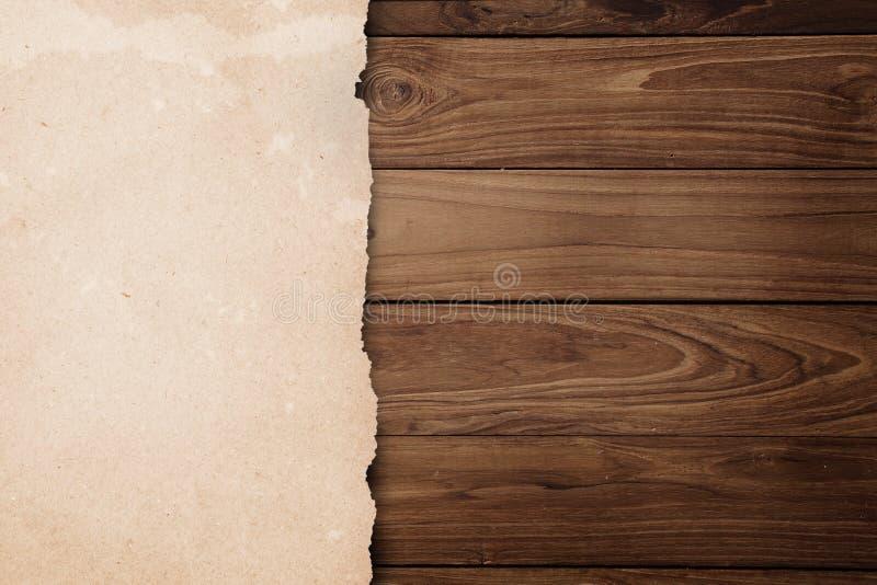 在木头的被回收的被剥去的纸张 库存图片