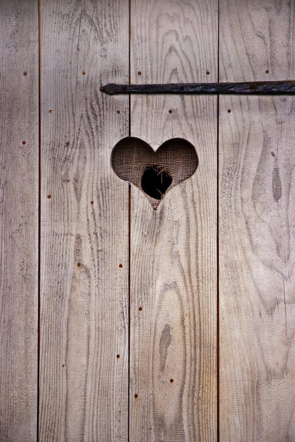 在木头的门的心脏 库存照片