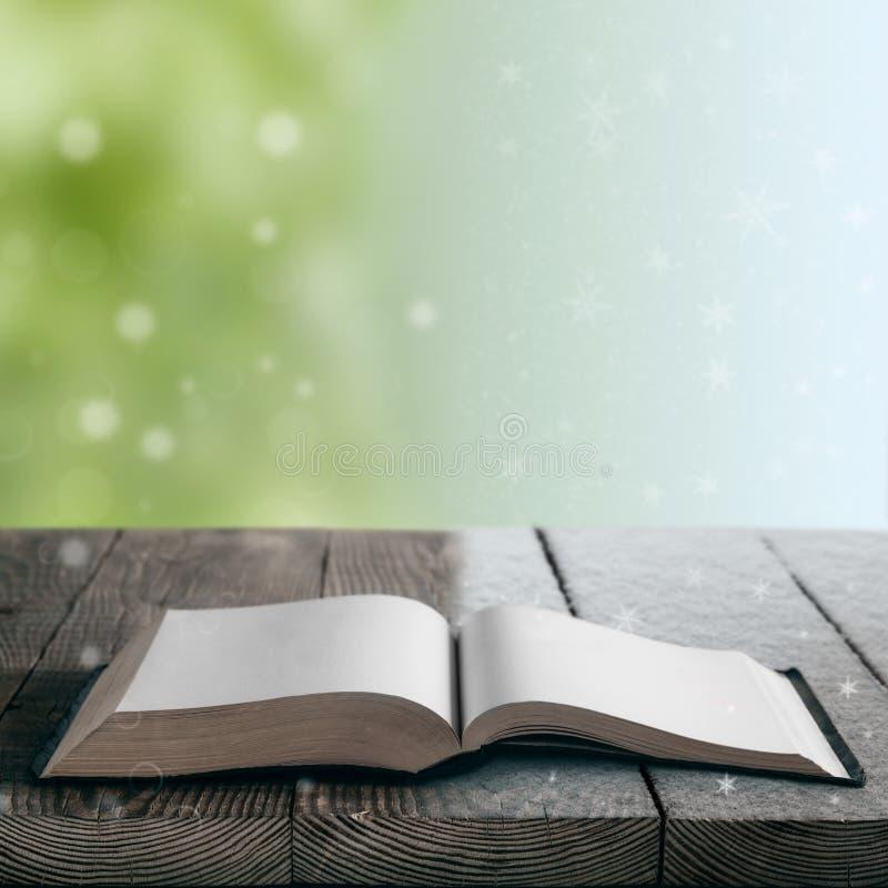 在木头背景的书  免版税库存照片