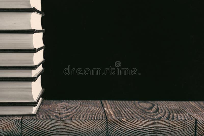 在木头背景的书  免版税库存图片