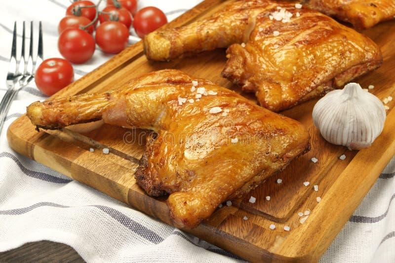 在木委员会的三个烤BBQ鸡腿处所 免版税库存图片