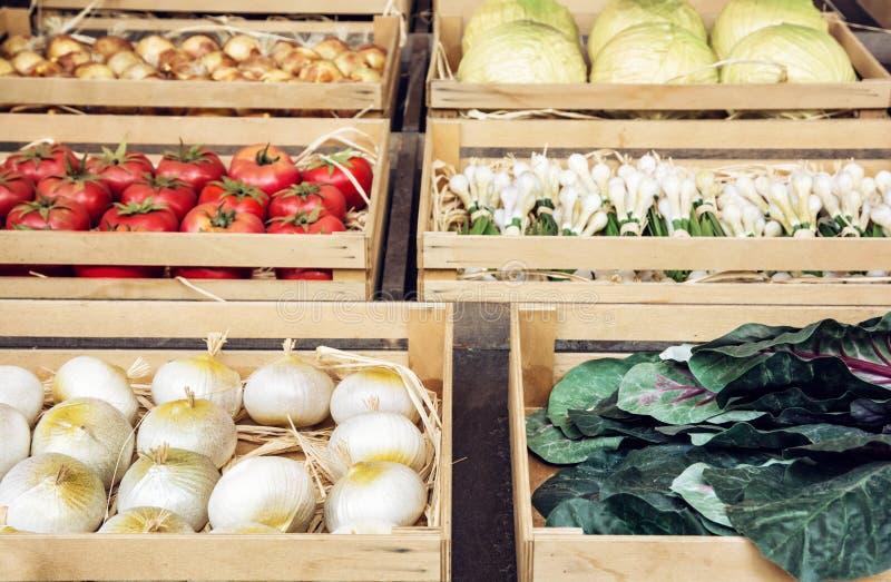 在木容器的各种各样的菜,农村市场 库存照片