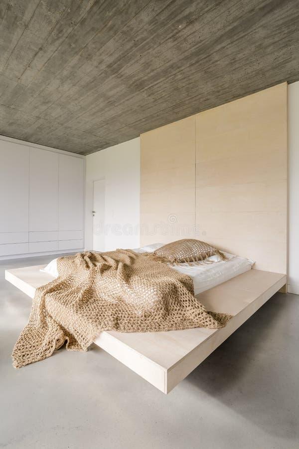 在木平台的床 图库摄影