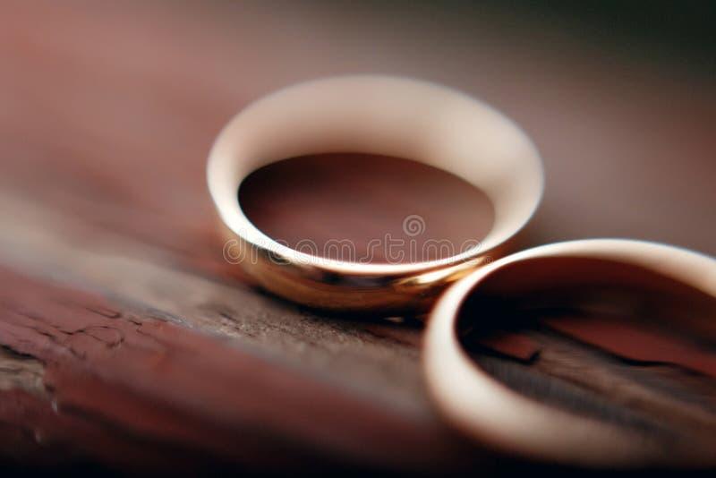 在木年迈的背景的时髦的婚戒宏观视图 韦德 库存照片