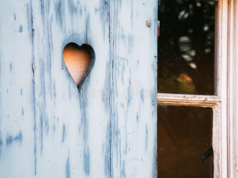 在木快门雕刻的心形的样式 免版税图库摄影