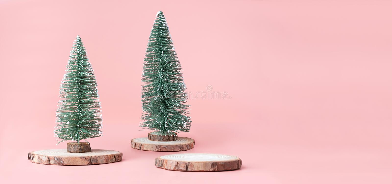 在木日志切片的圣诞树与在粉红彩笔的当前箱子 免版税库存照片
