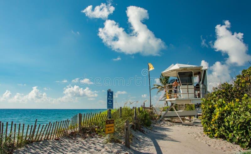 在木星海岛佛罗里达上的救生员塔 库存照片