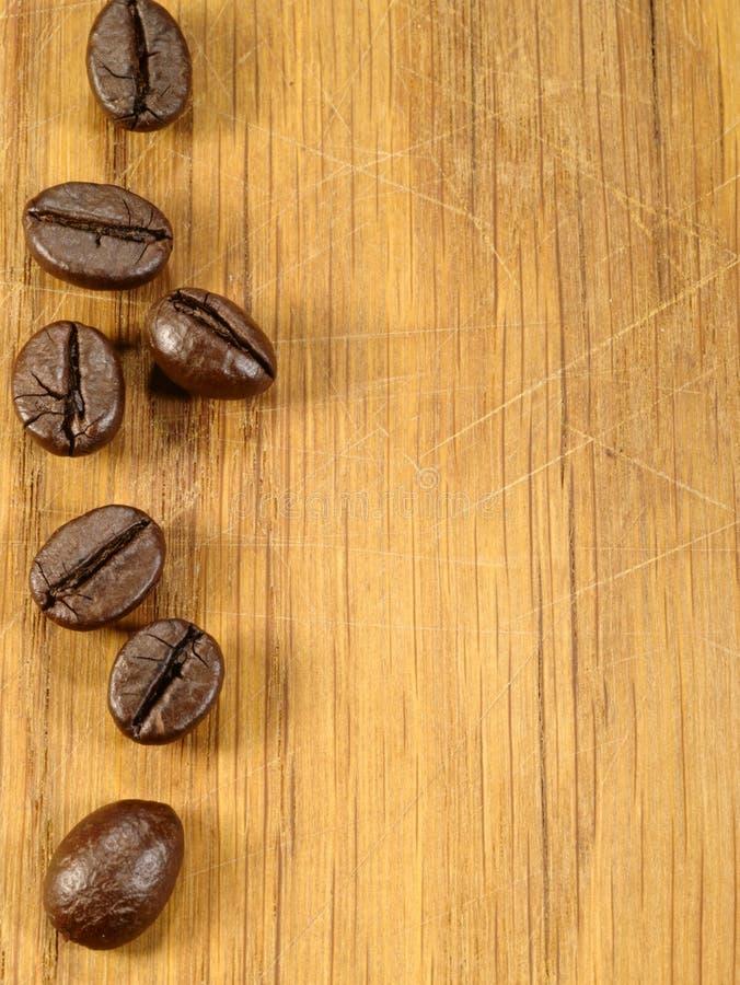 在木服务台上的咖啡豆 免版税库存照片