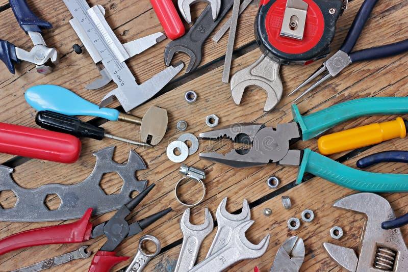 在木材地板上的工具 图库摄影
