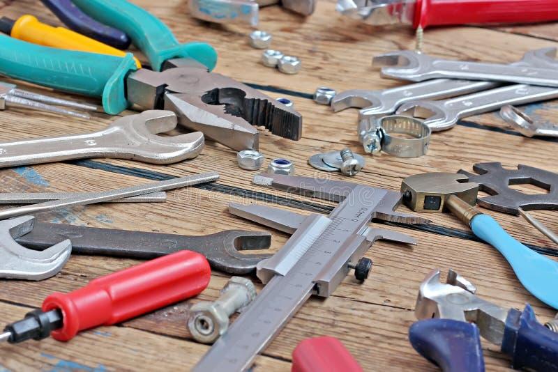 在木材地板上的工具 免版税库存照片