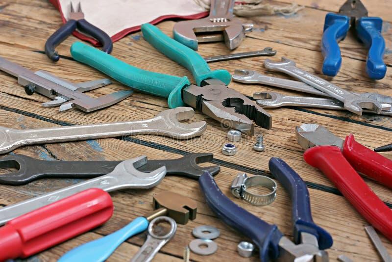 在木材地板上的工具 库存图片