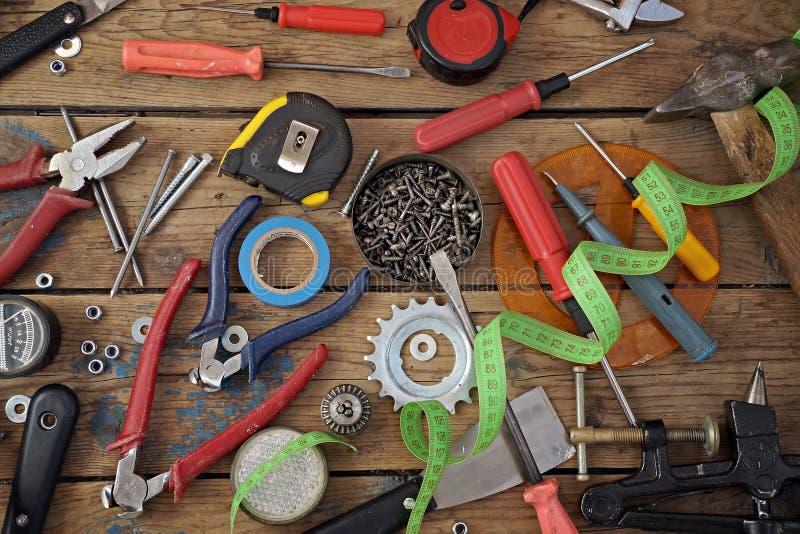 在木材地板,顶视图上的工具 免版税库存图片