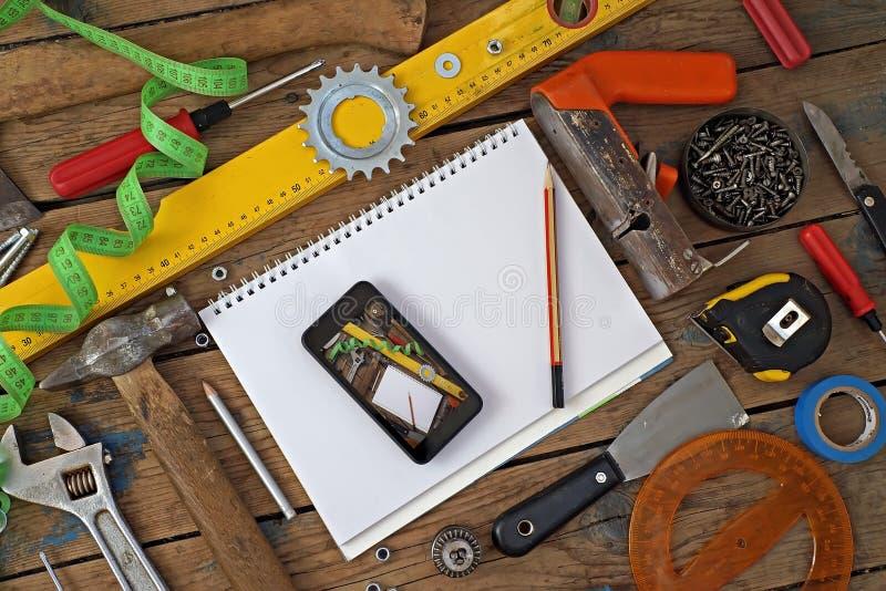 在木材地板,顶视图上的工具 库存图片
