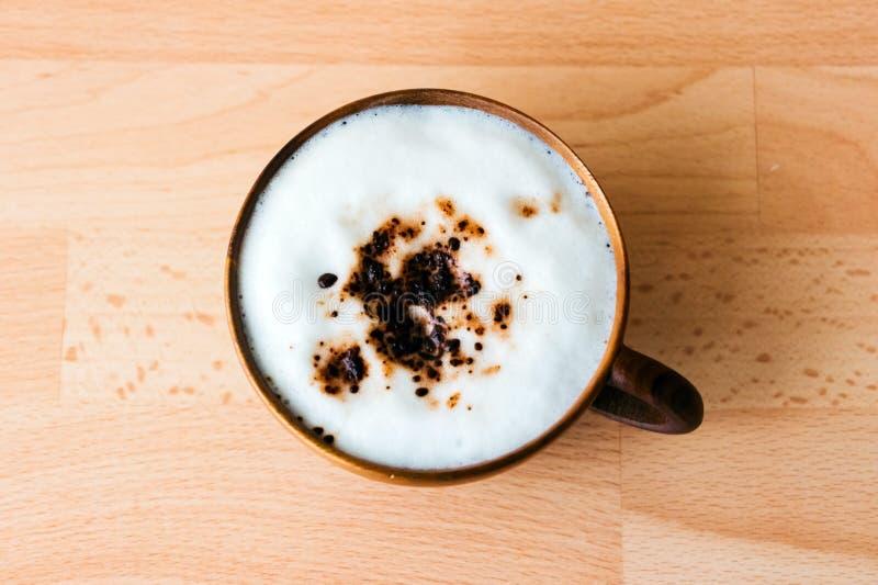 在木杯子的咖啡馆上等咖啡 免版税库存照片