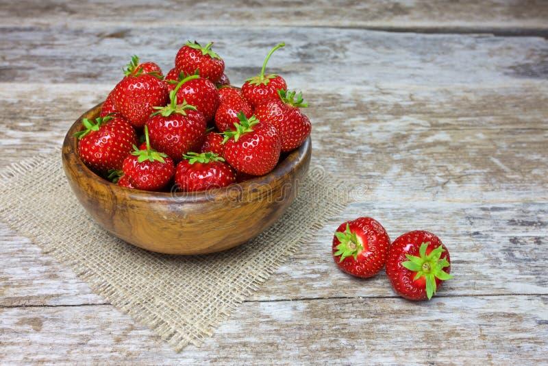 在木杯子的新鲜的草莓 免版税图库摄影