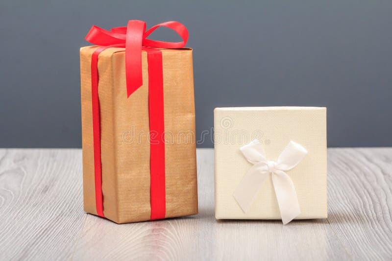 在木板和灰色背景的礼物盒 免版税图库摄影