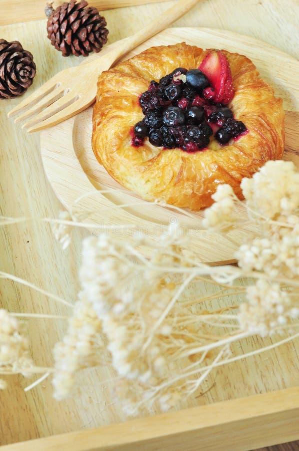 在木板材的丹麦莓果 免版税库存照片