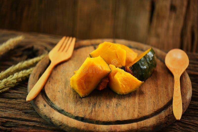 在木板材的南瓜有匙子集合的,干净的食物在健康的餐厅,某些人的饮食食物需要烧油脂 免版税库存照片