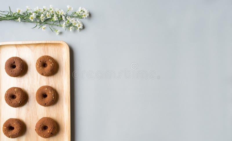 在木板材的小hocolate多福饼 图库摄影