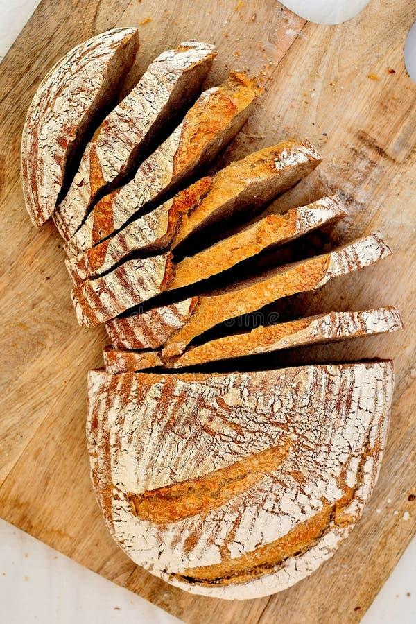 在木板材的拉伊发酵母家制面包 免版税库存图片
