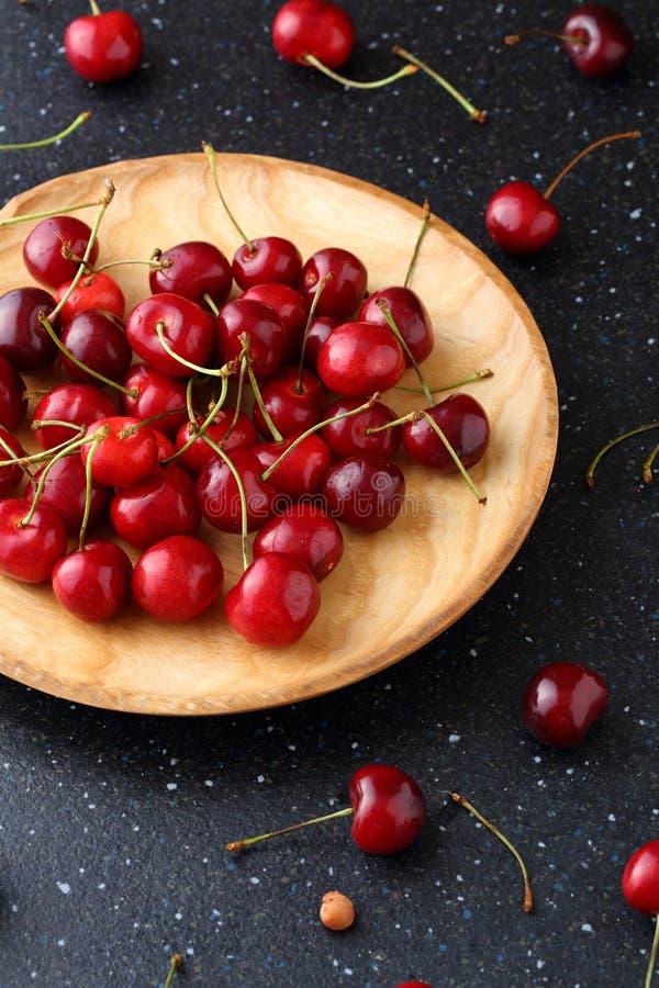 在木板材的甜成熟樱桃 库存照片