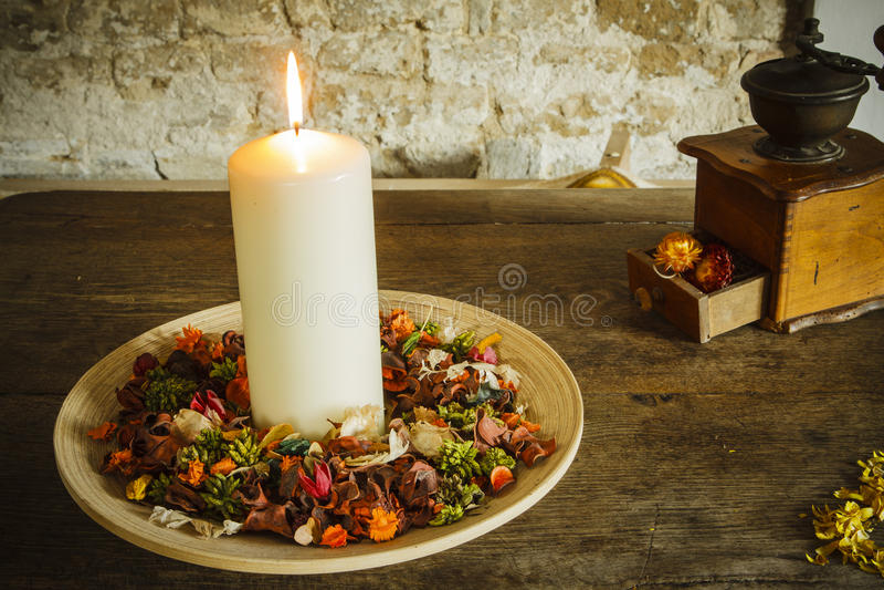 在木板材的蜡烛有咖啡碾的 库存图片