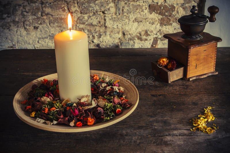 在木板材的蜡烛有咖啡碾的 库存照片