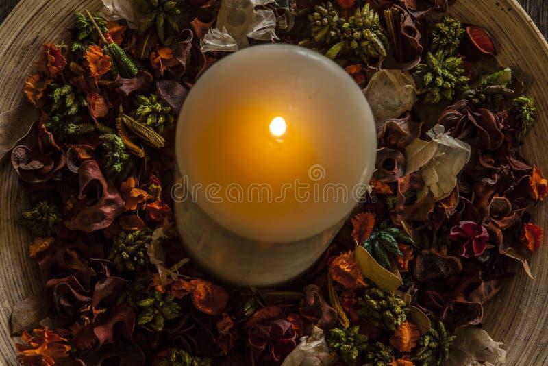 在木板材的蜡烛 免版税库存照片