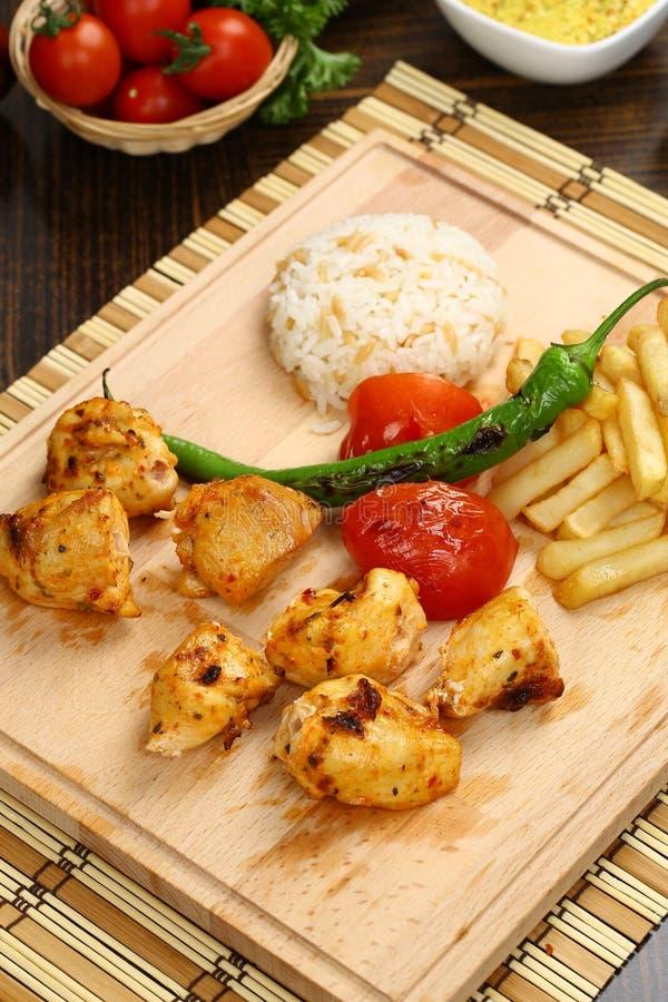 在木板材的鸡kebab 免版税库存照片