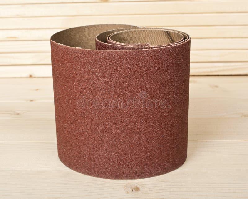 在木板条的布朗沙纸 免版税库存照片