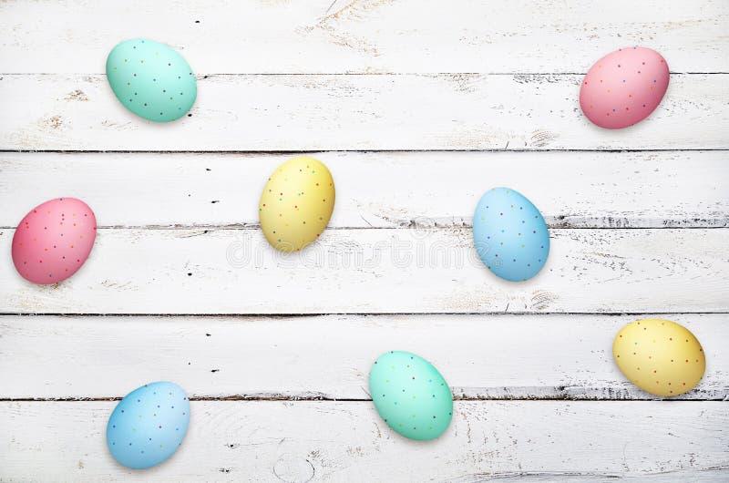 在木板条背景的复活节彩蛋 免版税库存图片