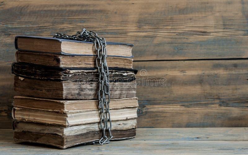 在木板条背景的旧书 免版税图库摄影