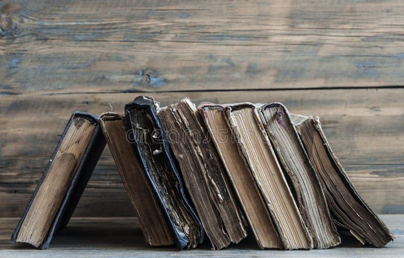 在木板条背景的旧书 库存照片